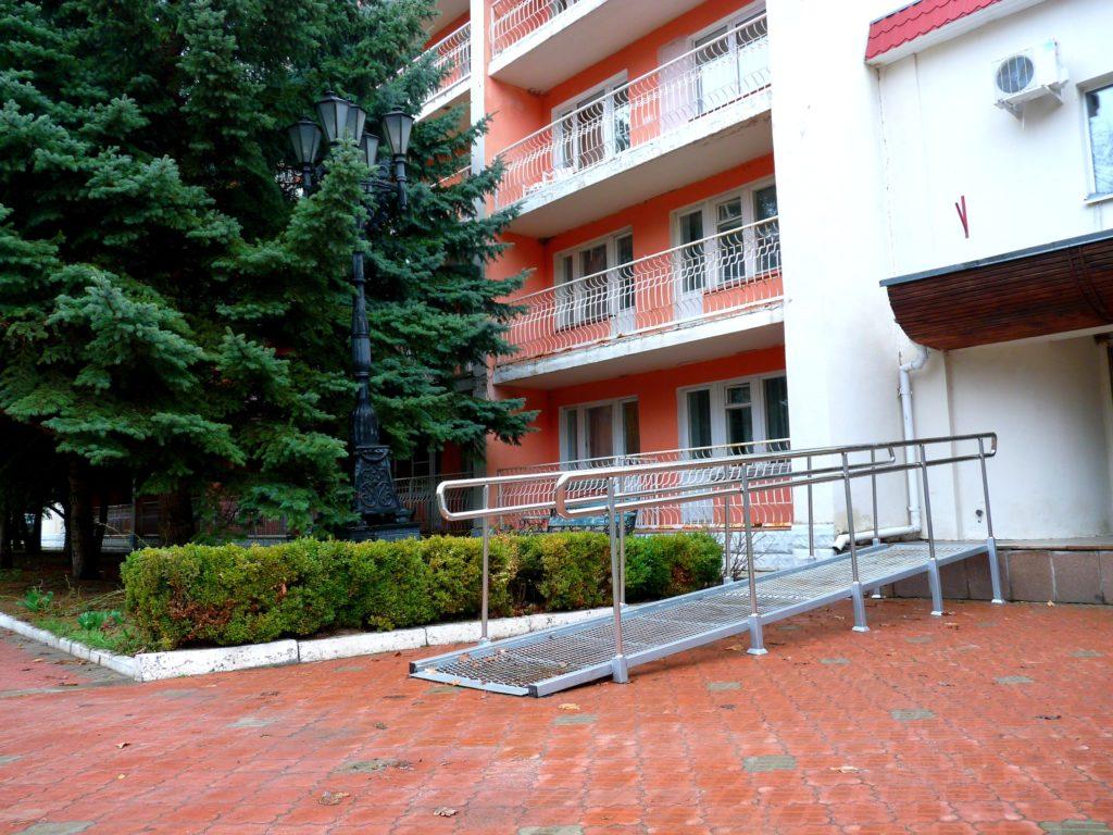 Пандус (центральный вход)