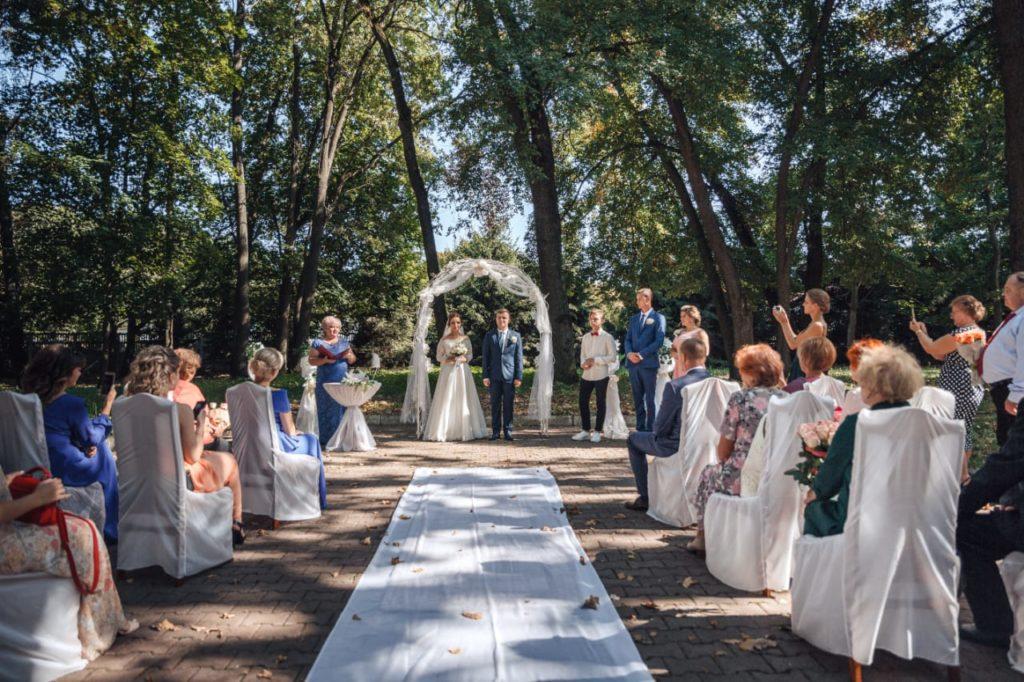 Церемония торжественного бракосочетания на территории гостиничного комплекса